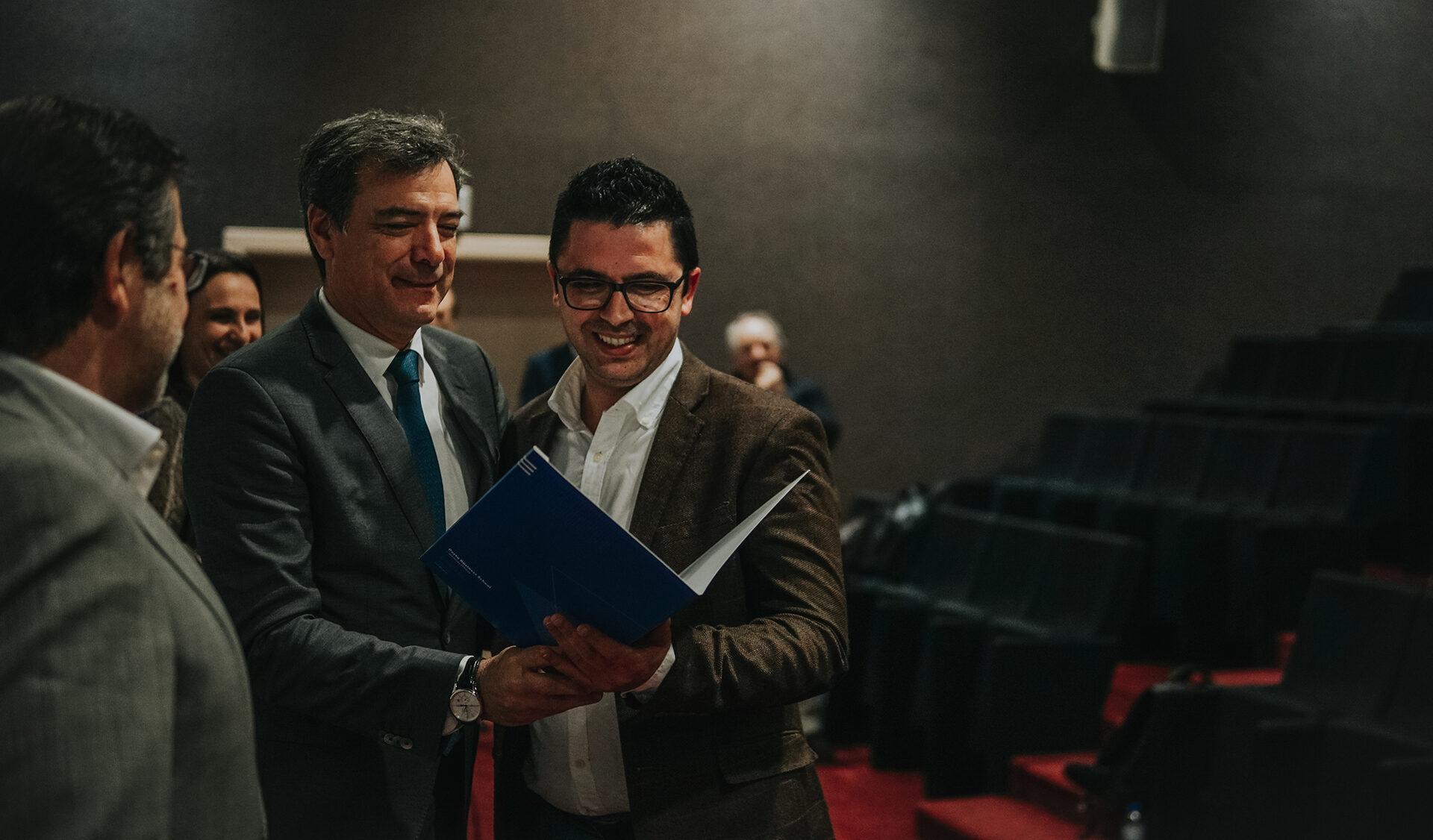 Sessão de encerramento, de um participante (Ildebrando Campos) a receber o diploma das mãos de Carlos Van Zeller, administrador