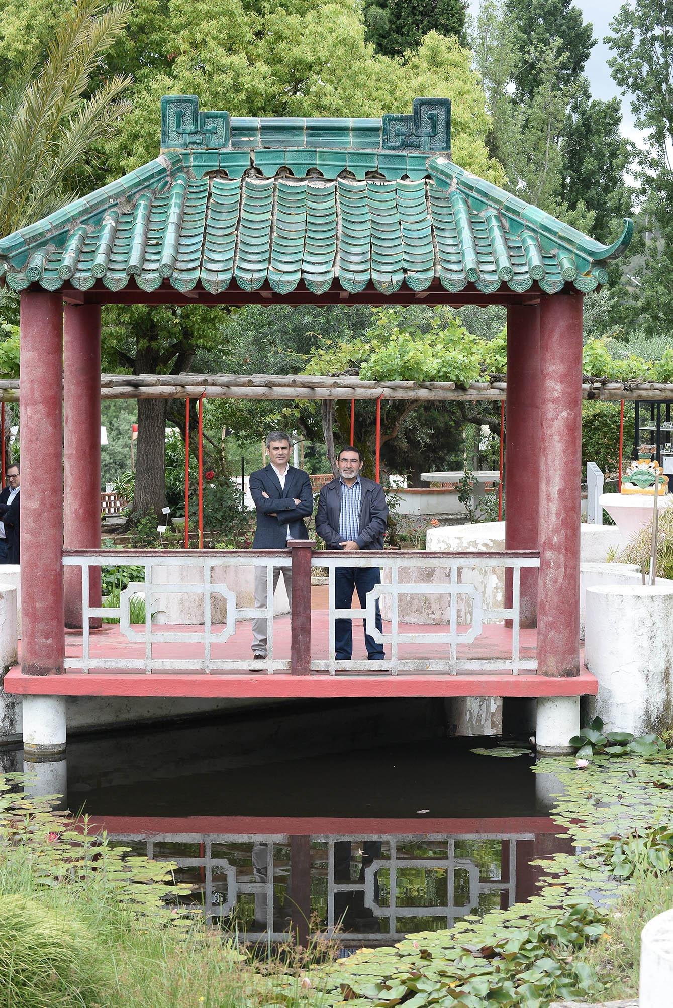 Gualter Vasco, director fabril da Caima, com António Matias Coelho no pavilhão de Macau existente no Jardim-Horto de Camões