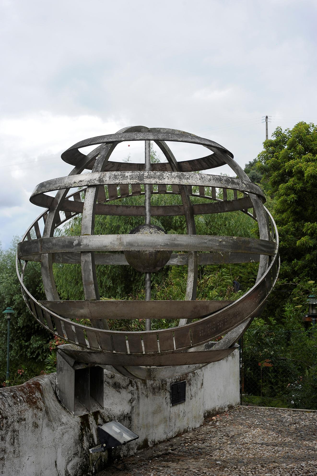 A maior esfera armilar existente em Portugal, pesa meia tonelada, oferecida pela Faculdade de Belas-Artes de Lisboa